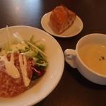 キッチンバー混 - ミラノサラミのサラダ、キャベツのポタージュ、パン