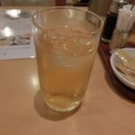 551蓬莱 - 冷たい烏龍茶は、ポットがあるので、無料で飲める!!