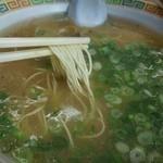 21699068 - 麺は細麺。スープ表面に2㎜ほどの脂の層