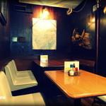 21700751 - こんな感じの奥のテーブル席。地図は何故か東京の地図です。
