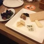 21703394 - オリーブ盛り合わせとチーズ盛り合わせ