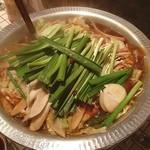 逆 - 牛もつ〜博多醤油〜☆甘めでダシの効いた醤油のスープにたっぷりの野菜がとてもヘルシー( ^ω^ )薄切りにされたニンニクがほっくほくで激うま(^ー^)ノ