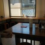 上乃うどん - 店内座席レイアウトはテーブルとカウンター席のみ