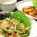 韓屋 - 料理写真:チャプチェやトッポギなど韓国家庭料理が気軽に味わえます