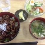 道の駅 七城メロンドーム - ガッツリ丼(650円)+サラダ(150円)