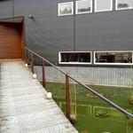 立木音楽堂 - 奥が入口。アプローチ右の池には鯉が☆