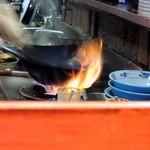 ぶんぶく茶釜 - 凄い炎で調理してます