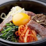 肉の極 義牛 - 本場韓国の味わい『特選石焼ビビンバ』