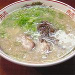 初代だるま - スープはかなり濃厚な豚骨スープですが、特有の臭みなどはありません。ハッキリ言っておいしいです。