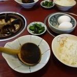 藤花庵 - 煮込うどんには、おじや用ごはん、生卵、漬物がセット