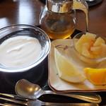 札幌エクセルホテル東急 - 果物とヨーグルト