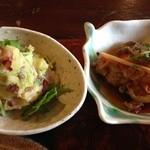 林のヤモリ - 左:木の実とさつまいもの生姜からマヨポテトサラダ、右:せせりの生姜南蛮