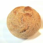 自家製ハムとソーセージLINDENBAUM - ライ麦のロールパン