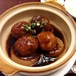 独一処餃子 - 土鍋で提供、肉団子と大根の煮こみ。