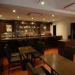 日比谷Bar DINING - ゆったり食事を楽しめるダイニングスペース。