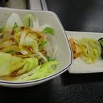 やきやき亭 - 定食のサラダ(左)と五目野菜、キムチ