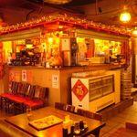 中国茶房8 - エントランスでは縁起の良い金豚がお出迎え