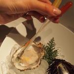 フィッシュバンク トーキョー - ソースを選んで牡蠣を頂きます。