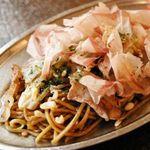 恵比寿カドヤ - 鉄板焼きそば(大阪から取り寄せた卵麺がソースの相性バッチリ!)