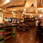 恵比寿カドヤ - テーブル席の横には、ずらーっと並ぶメニュー。大衆酒場の雰囲気のいいお店!!