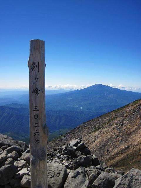 乗鞍岳 頂上小屋 - 剣ヶ峰から御嶽山を望む