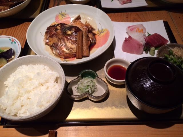 いろり割烹 稲穂 - 1,500円の日替わり御前。この日は鯛のあら炊きと刺身3種盛。