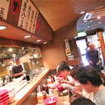 博多 一風堂 - 店内に入ると、お客さん一杯で、店員さんの元気なかけ声も相まって とっても活気ありました。