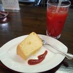 フォンテ・ディ・ディーオ - シフォンケーキとオレンジジュース。ふわふわでソースをつけて頂きました。