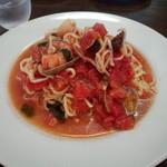 フォンテ・ディ・ディーオ - トマトの冷製パスタ。トマトも海の幸も多く、太麺なので食べごたえありました。