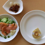 21779506 - パン皿・アミューズ(サーモン)・カレー付け合せ(らっきょ、ふくじん漬)