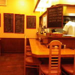 キッチンれん - カウンターからメニュー黒板方向