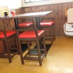 壬六ラーメン - テーブル席