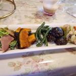 キャナリィ・ロウ - 他のバイキングにはない前菜がいっぱいあります。シイタケのペペロンチーノは美味しかったです。