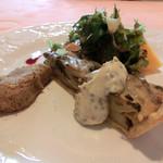 リヨンペラーシュ - 茸の温かいタルト、トリュフソース、サラダを添えて