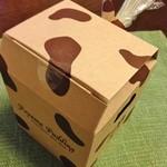 パティシエ エス コヤマ - 小山ぷりんはホルスタイン模様の箱に入っていました