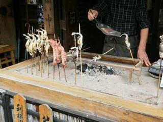 山マタギと海番屋 - 炭火で焼いてますね。