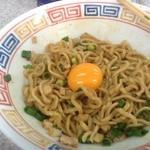 中華そば土屋商店 - まぜそばを混ぜ合わせて卵をドロップオンした状態です。ちょっとマイルドになるとの事で投入。正解でした。