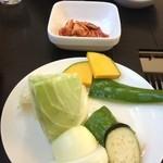 21812381 - 野菜盛りとキムチ