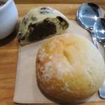 21814006 - コーンパンと、豆大福パンハーフ