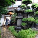 日和庵 - 「日和庵」立派な灯籠が立つ趣ある玄関