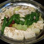 鶴龍 - 塩味のもつ鍋。テーブルで出来上がるのを眺めているとおなか減ります(笑)
