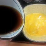そば処 吉野家 - 玉子に蕎麦汁を入れます