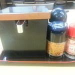 そば処 吉野家 - テーブルの薬味類