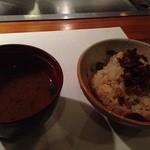 神戸牛すてーき 健 - お味噌汁と、脂分を抜いたお肉をカラカラに焼いてご飯に混ぜたもの