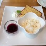 醗酵カフェあおげん酵房 - ナタデココ(発酵食品)が入っているアイス、裏には味噌入りのシフォンケーキ