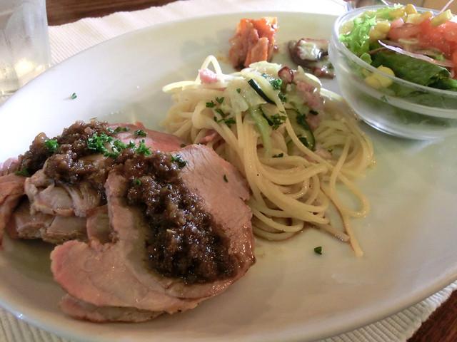 タベルナ  - Cランチ、自家製ローストポーク、キャベツとズッキーニ、ベーコンのスパゲッティ(ニンニクオイル)