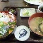 魚処丸正 - 海鮮丼大盛り お味噌汁うまし