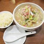 21830953 - 日替わりのチャンポンランチ。お茶碗に山盛りのチャーハンが付いて680円。