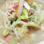 21830954 - お肉・イカ下足・野菜・ピンク蒲鉾の他に                       丸天(薩摩揚げ)の短冊切りも沢山入って、街の中華食堂的チャンポンのビジュアル。                       でも、スープはあっさりで上品です。