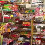 売店かわうち - 駄菓子が所狭しと並びます